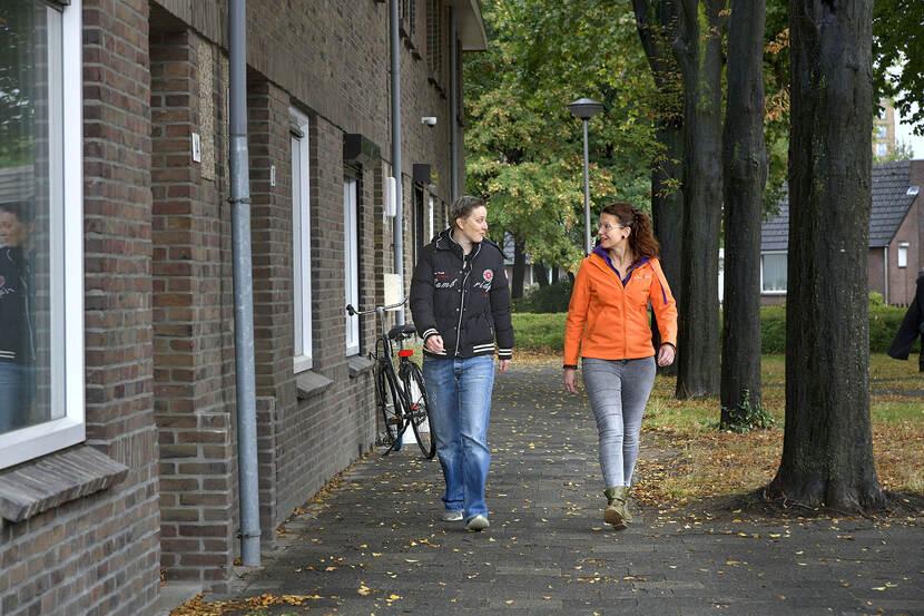 Rosy Geraerts maakt een wandeling met Rachel Rouschop om in beweging te blijven